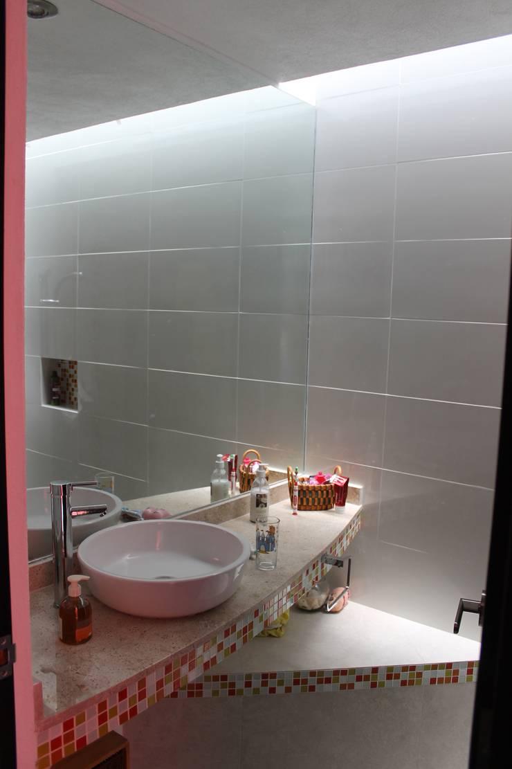 Casa Querétaro: Baños de estilo  por Farquitectos
