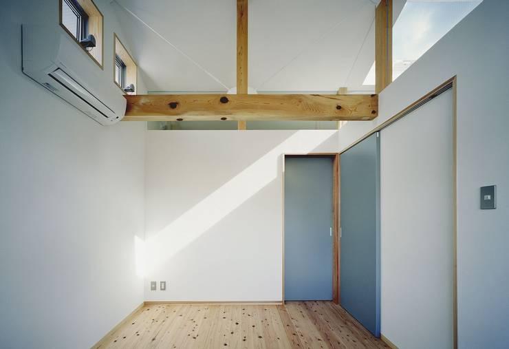 Dormitorios de estilo  de 吉元一成アトリエ