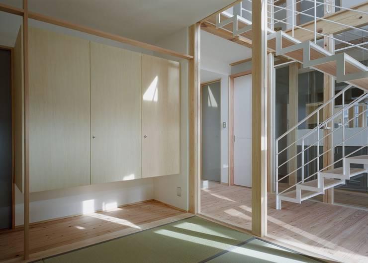 Sala multimediale in stile  di 吉元一成アトリエ, Moderno Bambù Verde