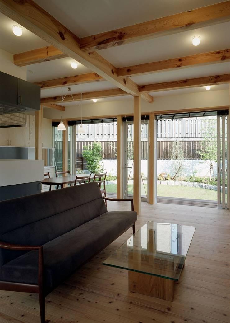 Living room by 吉元一成アトリエ, Modern Wood Wood effect