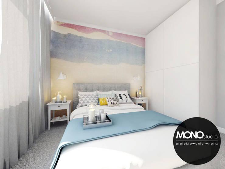 Przytulna sypialnia z wykorzystaniem tapety w kolorze jako główny element dekoracyjny: styl , w kategorii Sypialnia zaprojektowany przez MONOstudio,Nowoczesny Tekstylia Złoty