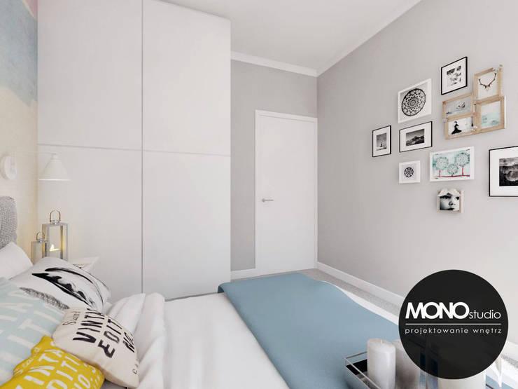 Przytulna sypialnia z wykorzystaniem tapety w kolorze jako główny element dekoracyjny: styl , w kategorii Sypialnia zaprojektowany przez MONOstudio,Nowoczesny Szkło