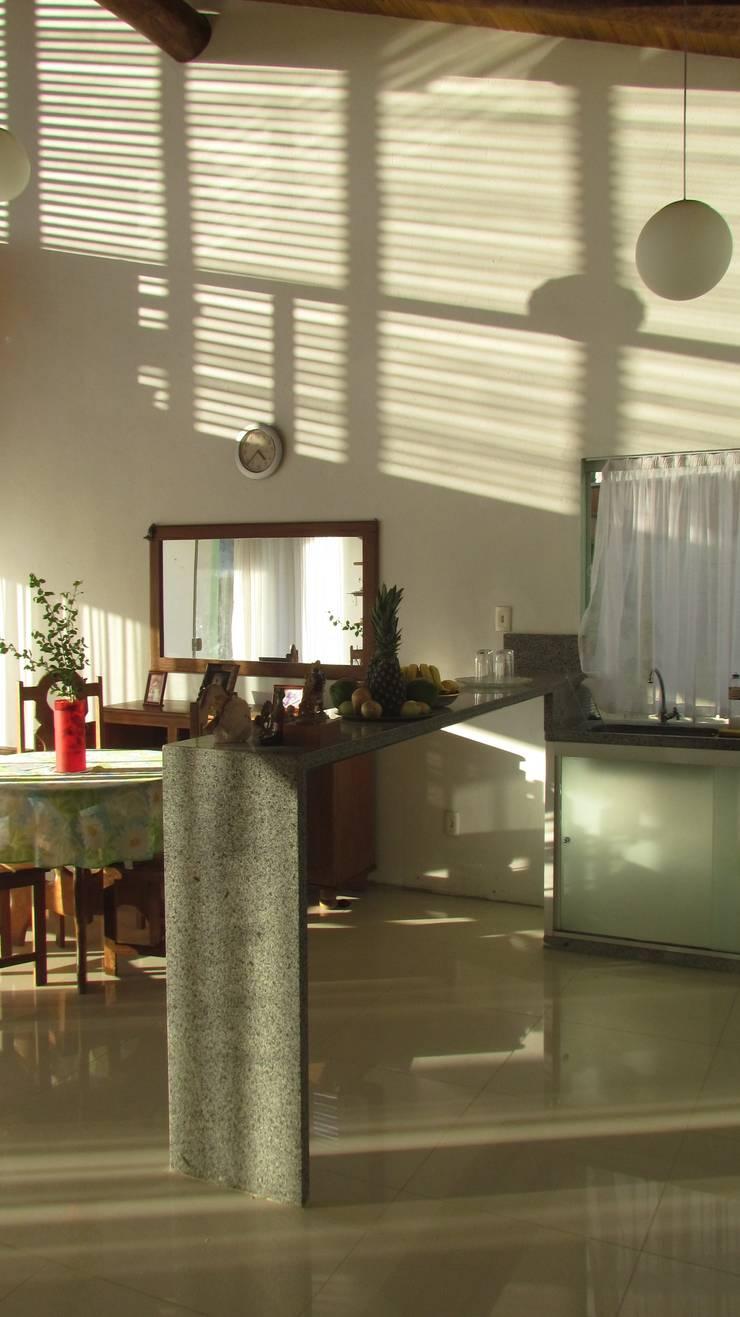 CASA ECOLÓGICA III: Cozinhas rústicas por alexis vinícius arquitetura e design