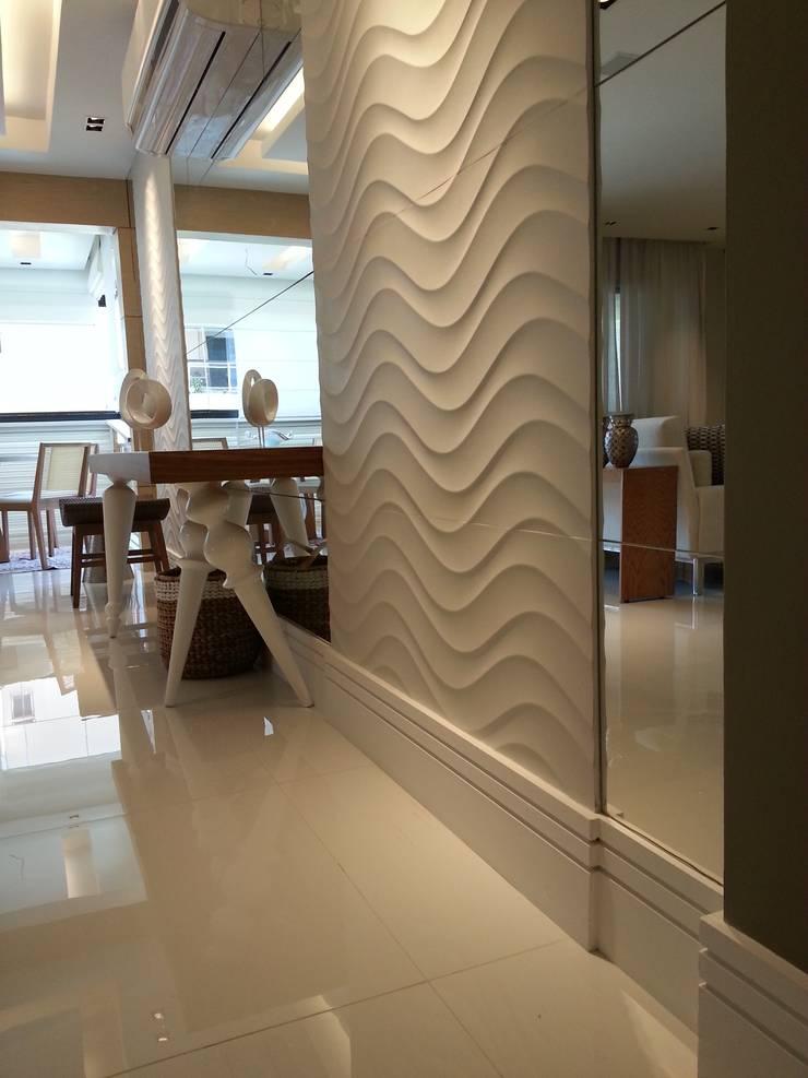 Detalhe para os revestimentos do living.: Paredes  por Lucio Nocito Arquitetura e Design de Interiores