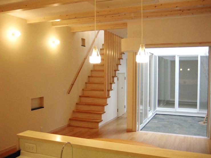 中庭・階段と一体のリビング: あお建築設計が手掛けたリビングです。