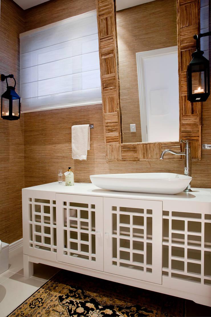 Luxo para Férias: Banheiros tropicais por Karla Silva Designer de Interiores