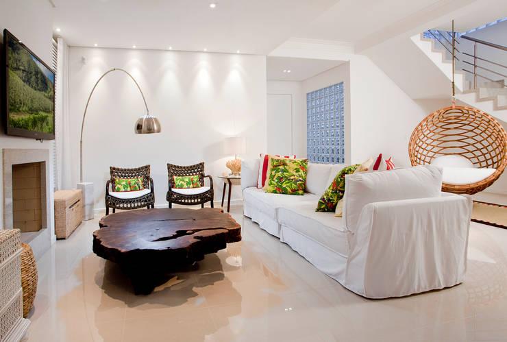 Living: Salas de estar tropicais por Karla Silva Designer de Interiores