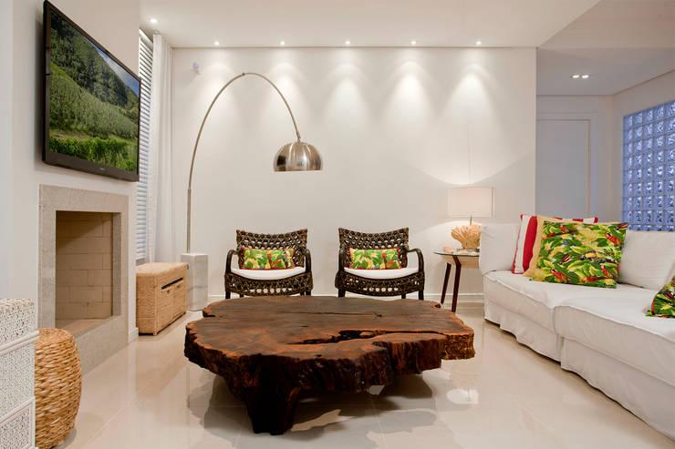 tropical Living room by Karla Silva Designer de Interiores