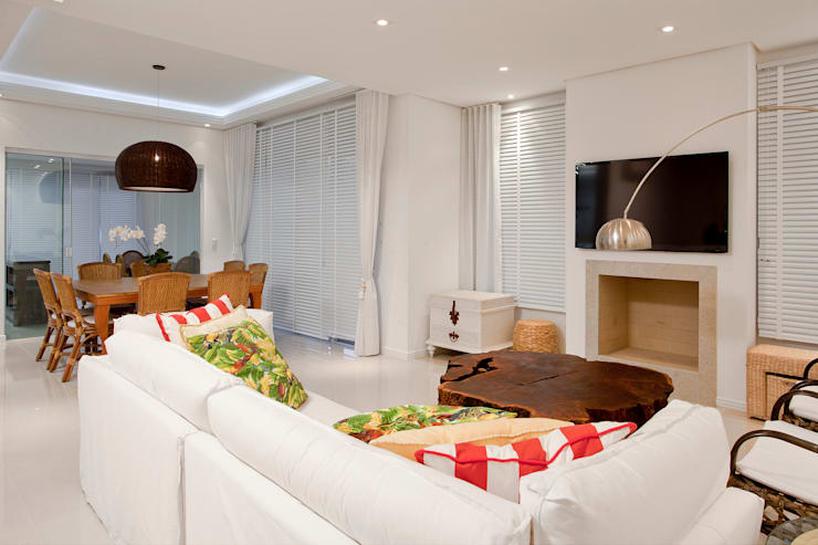 Luxo para Férias: Salas de estar tropicais por Karla Silva Designer de Interiores