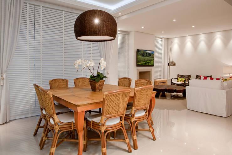 Luxo para Férias: Salas de jantar tropicais por Karla Silva Designer de Interiores