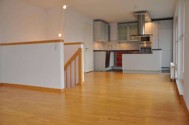 Blick ins Esszimmer mit offener Küche:  Esszimmer von Optimmo Home Staging