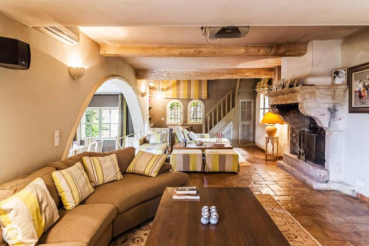 mediterranean Living room by PASSAGE CITRON