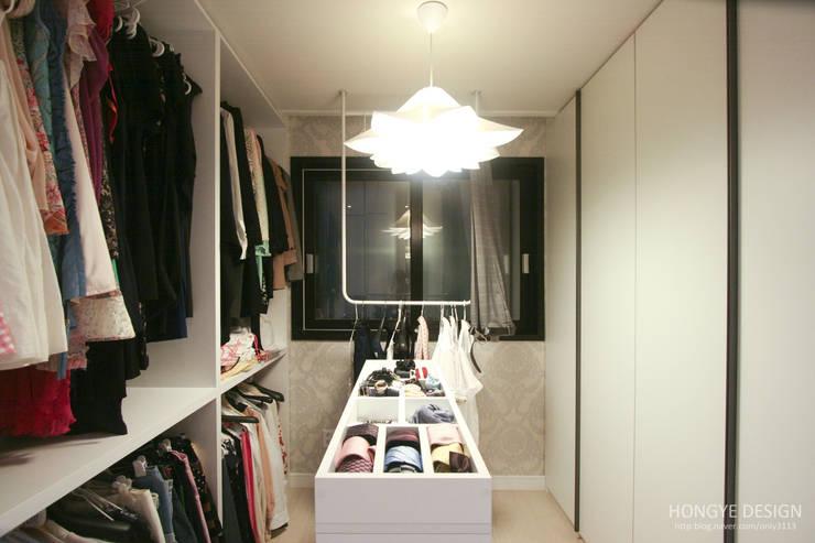 반짝이는 드레스룸과 대면형 주방인테리어_30py: 홍예디자인의  드레스 룸