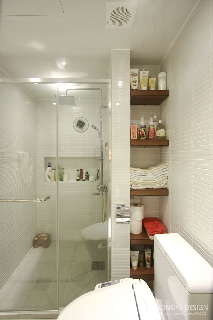 반짝이는 드레스룸과 대면형 주방인테리어_30py: 홍예디자인의  욕실