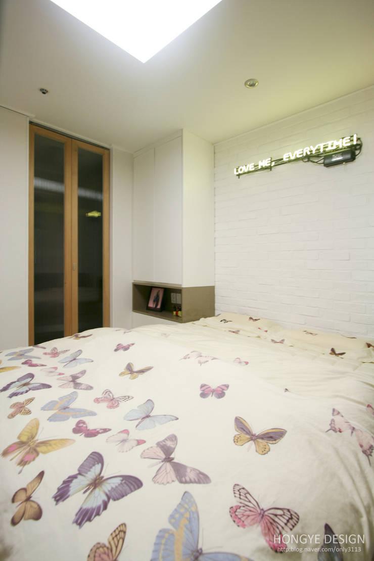 반짝이는 드레스룸과 대면형 주방인테리어_30py: 홍예디자인의  침실