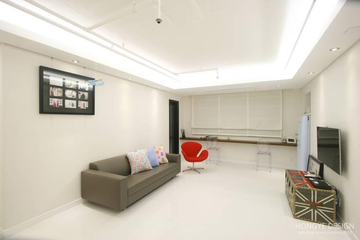 반짝이는 드레스룸과 대면형 주방인테리어_30py: 홍예디자인의  거실