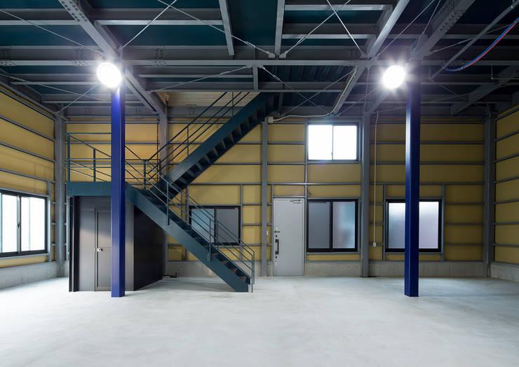 G邸: 一級建築士事務所  馬場建築設計事務所が手掛けたガレージです。,