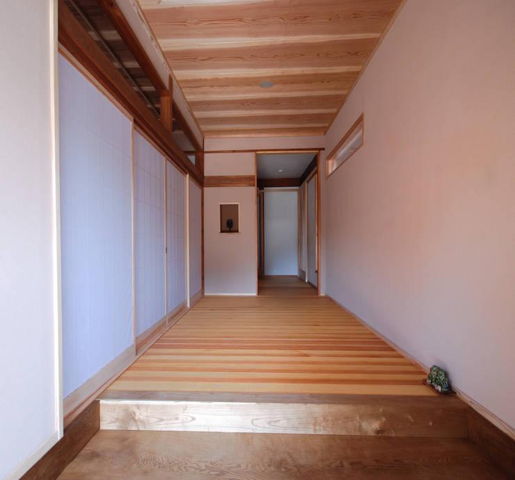 改修後玄関: 一級建築士事務所  馬場建築設計事務所が手掛けたです。