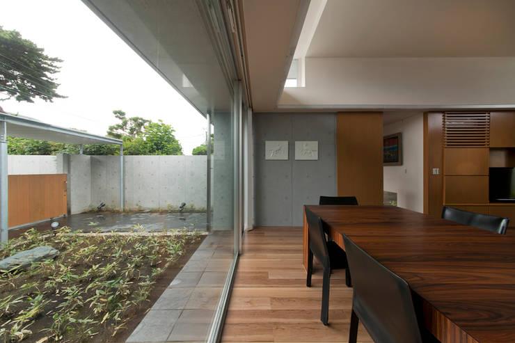 コンクリート数寄屋: 有限会社 宮本建築アトリエが手掛けた窓です。