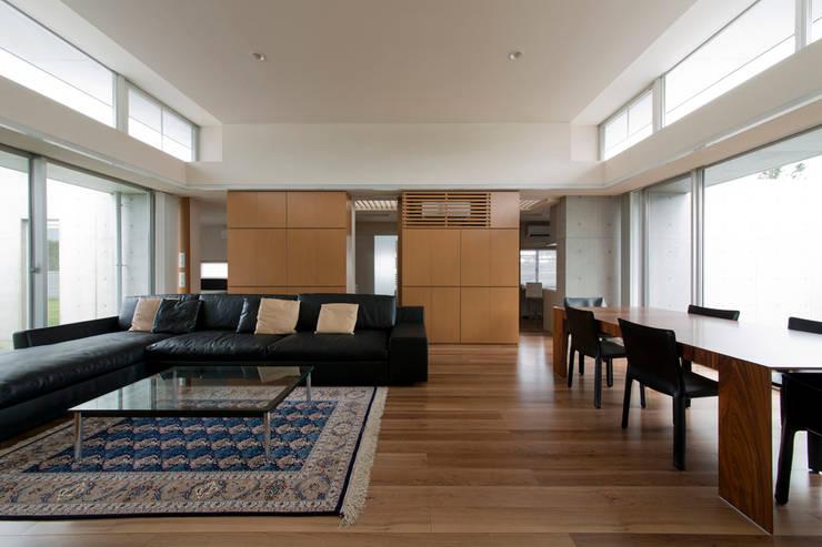 コンクリート数寄屋: 有限会社 宮本建築アトリエが手掛けたリビングです。