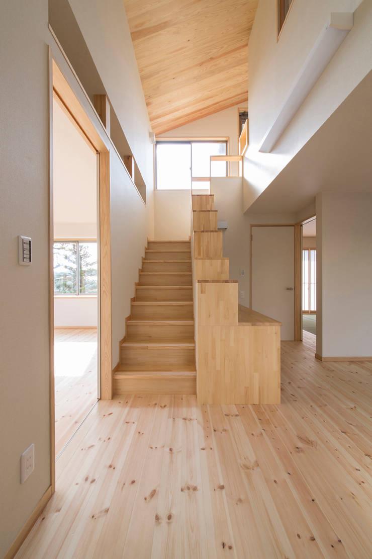 郊外の家: 有限会社 宮本建築アトリエが手掛けた廊下 & 玄関です。