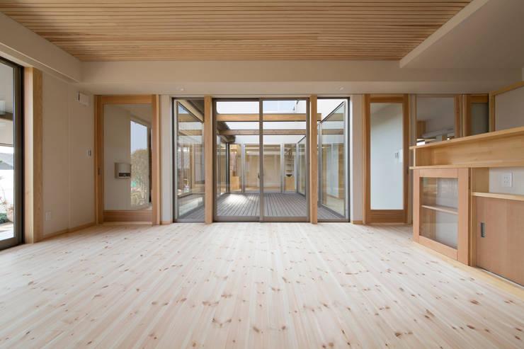 郊外の家: 有限会社 宮本建築アトリエが手掛けたリビングです。