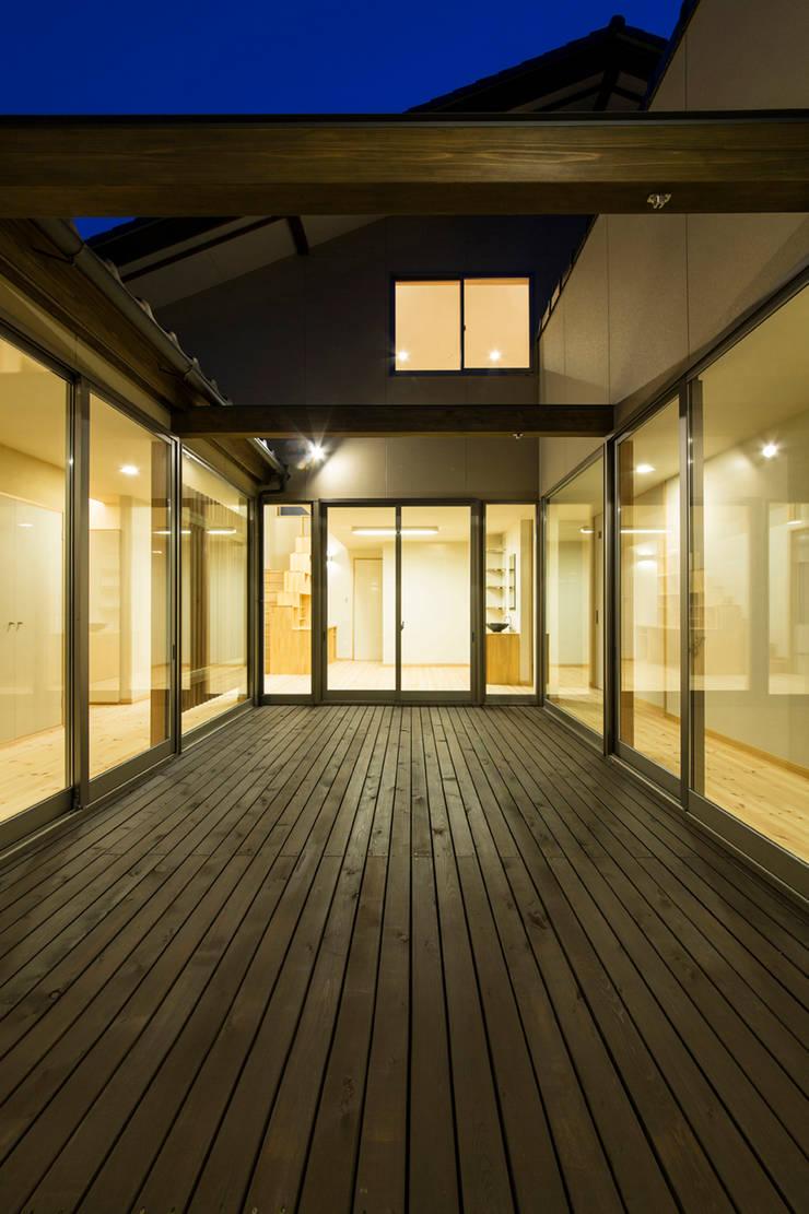 郊外の家: 有限会社 宮本建築アトリエが手掛けた家です。