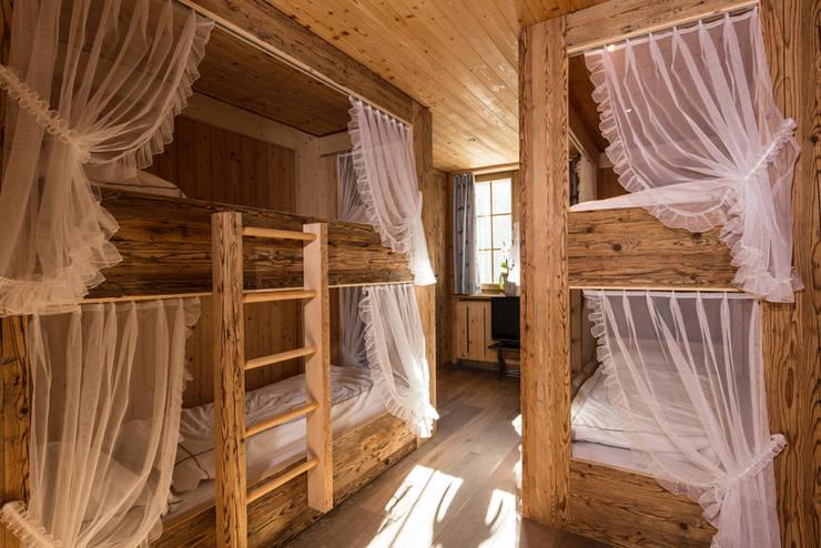 Bedroom by RH-Design Innenausbau, Möbel und Küchenbau  im Raum Aarau