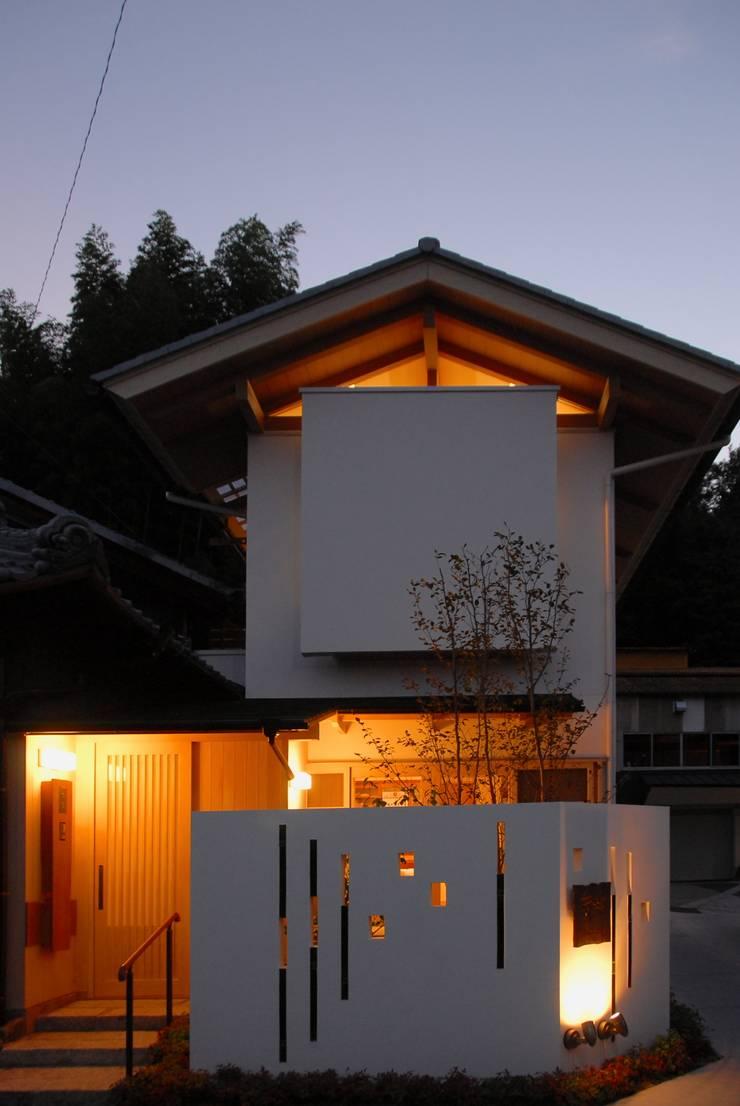 nightファサード: アンドウ設計事務所が手掛けた家です。