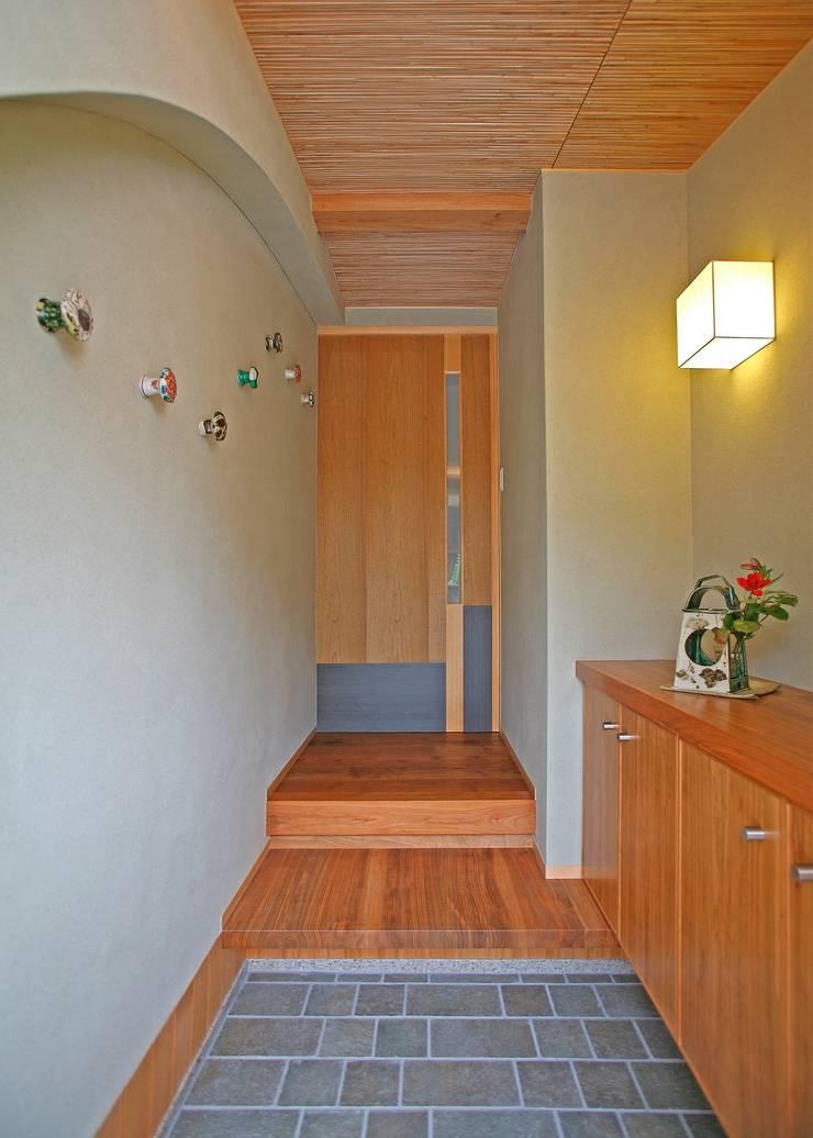 エントランスホール: アンドウ設計事務所が手掛けた廊下 & 玄関です。