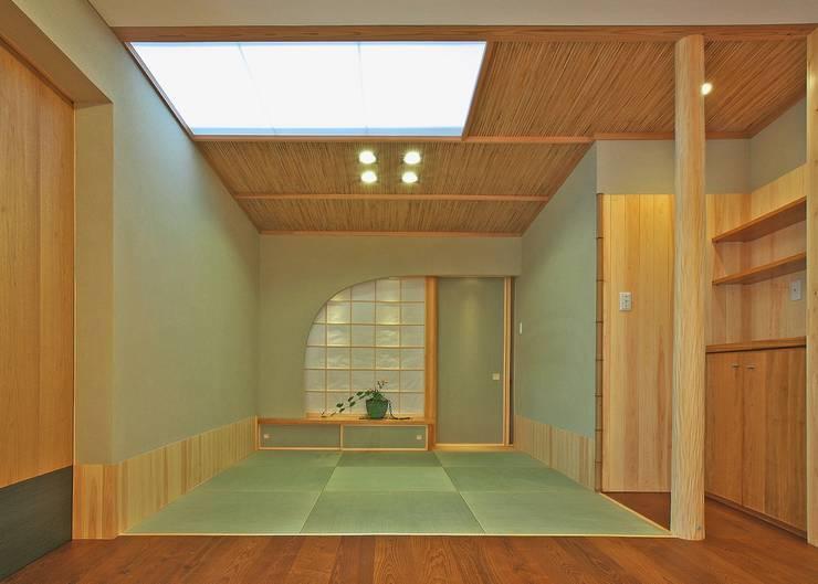 畳の間: アンドウ設計事務所が手掛けたリビングです。