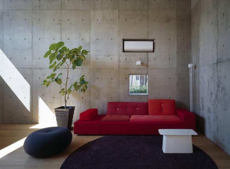 下小鳥の家: 桐山和広建築設計事務所が手掛けた寝室です。
