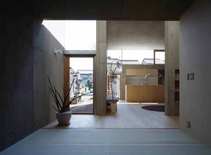 Salas multimédia modernas por 桐山和広建築設計事務所
