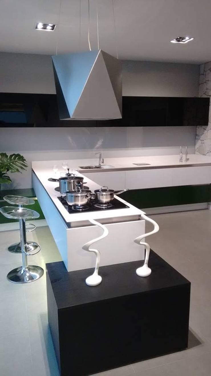Showroom Joinville: Cozinhas  por Cembrani móveis