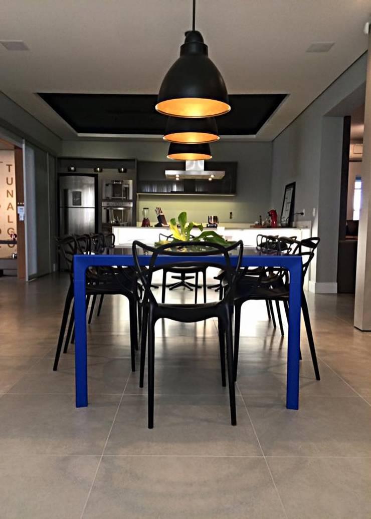 Showroom Joinville: Salas de jantar  por Cembrani móveis