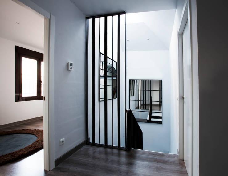 Casa Victoria: Pasillos y vestíbulos de estilo  de mdm09 arquitectura