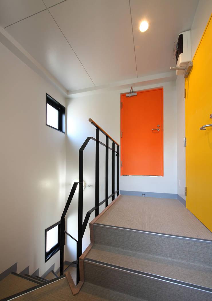 白山の家: プランニングシステム株式会社が手掛けた廊下 & 玄関です。