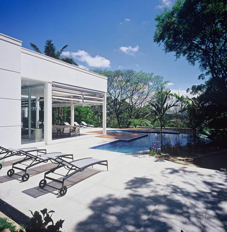 Residência Morumbi: Casas modernas por GRACIELA PIÑERO ARQUITETURA E DECORAÇÃO