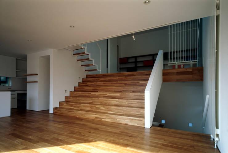 Modern corridor, hallway & stairs by 桐山和広建築設計事務所 Modern