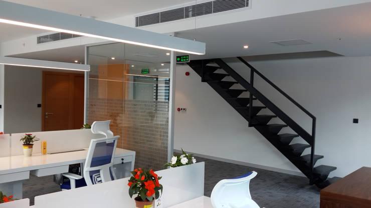 ATOLYE 25 MİMARLIK – Özel tasarım çelik merdiven, Alt kattaki çalışma alanları:  tarz Ofis Alanları & Mağazalar