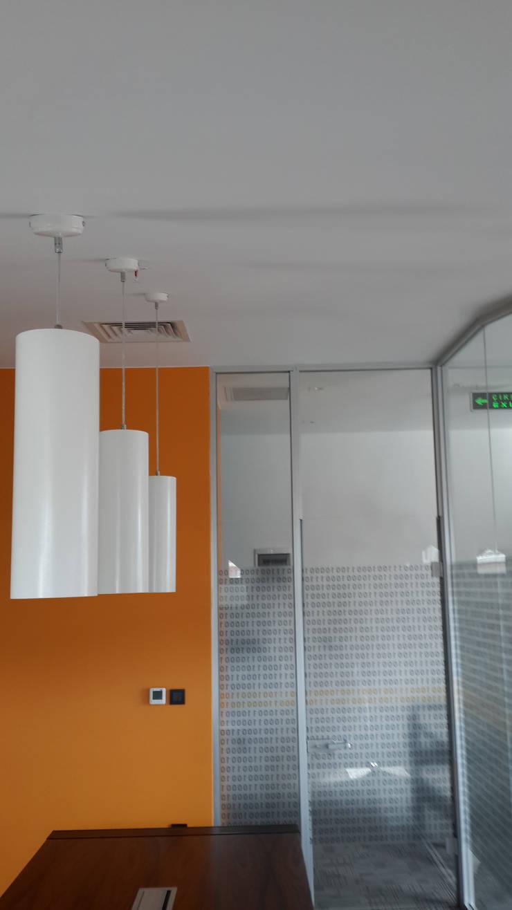 ATOLYE 25 MİMARLIK – Film kaplamalı cam doğrama ile bölüntülenmiş toplantı odası:  tarz Ofis Alanları & Mağazalar