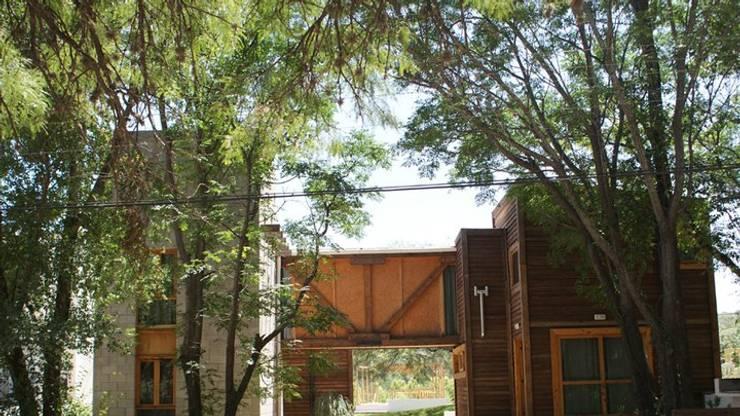 Cabañas Puente del Algarrobo- Estudio Barbaresi: Hoteles de estilo  por AB Arquitectura y Diseño