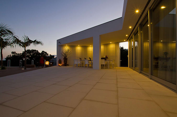 Casa na Caloura: Casas  por Monteiro, Resendes & Sousa Arquitectos lda.