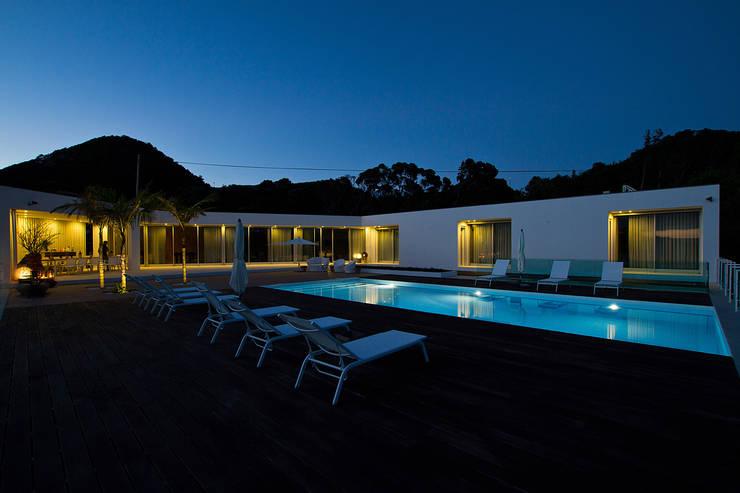 Casa na Caloura: Piscinas  por Monteiro, Resendes & Sousa Arquitectos lda.