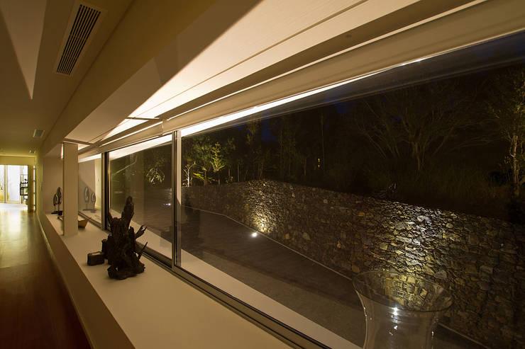 Casa na Caloura: Janelas   por Monteiro, Resendes & Sousa Arquitectos lda.