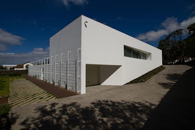 Casa na Caloura: Casas minimalistas por Monteiro, Resendes & Sousa Arquitectos lda.