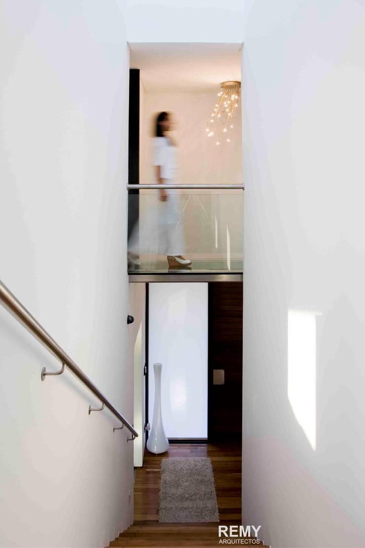 Casa de la Cascada: Pasillos y recibidores de estilo  por Remy Arquitectos