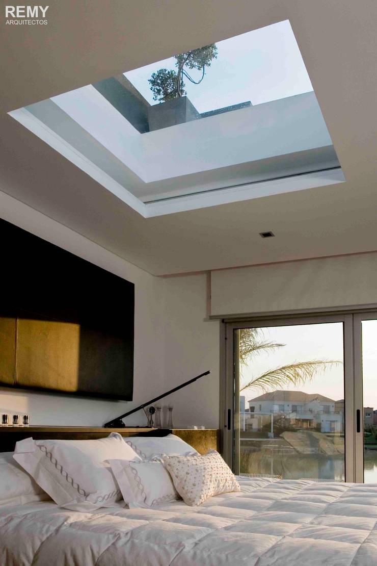 Casa de la Cascada: Dormitorios de estilo  por Remy Arquitectos