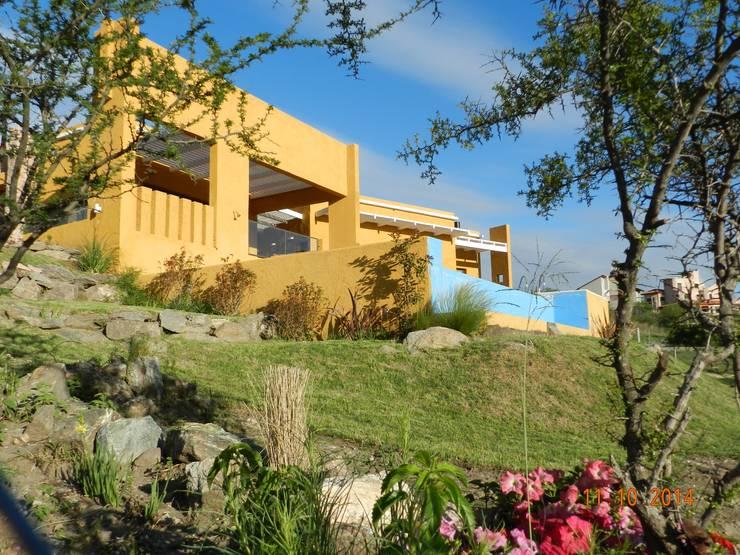 CASA DE CAMPO LOMAS DEL REY: Casas de estilo  por ART quitectura + diseño de Interiores. ARQ SCHIAVI VALERIA
