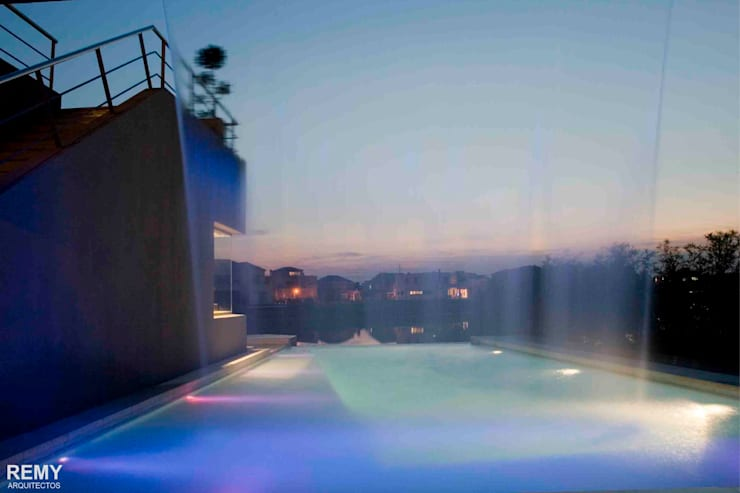 Casa de la Cascada: Piletas de estilo  por Remy Arquitectos